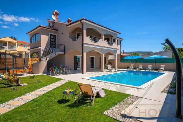Grosses Haus mit 2 sepperaten Wohnunge und 50 m2 Pool nur 2 km Zentrum Pula und 4 km zum Strand