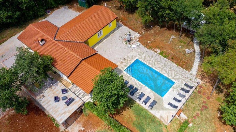 Bungalow mit Pool auf 9400 m2 mit 1500 m2 Bauland vor dem nur Ackerland sich befindet