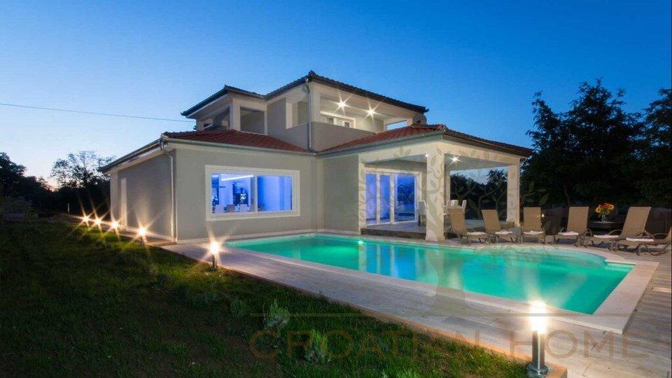 Modernes Haus mit Heizung, Solaranlage und Salzwasser-Pool