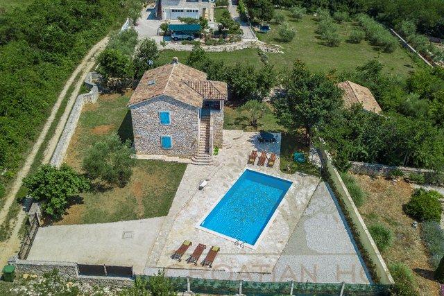 Steinhaus mit 50 m2 Pool in ruhiger Lage